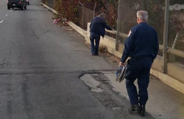 Este hombre sin hogar caminaba descalzo por la calle y los bomberos hicieron algo increíble