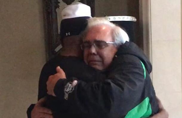 El dramático abrazo de un padre al famoso actor de Hollywood que le salvó la vida a su hijo