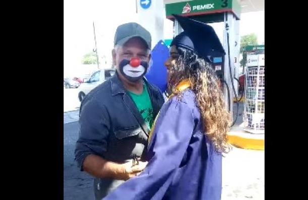 Una joven se gradúa y sorprende a su papá