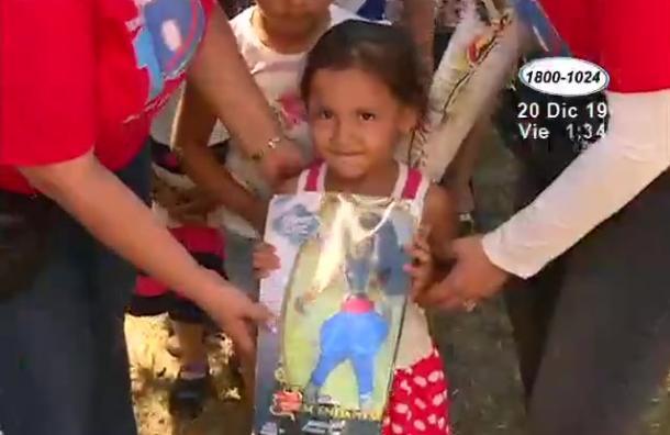 Fundación 10 reparte juguetes en comunidad de San Gregorio