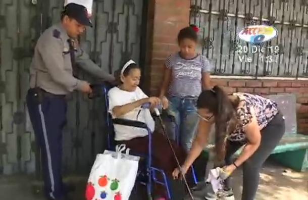 Señora recibe silla de ruedas