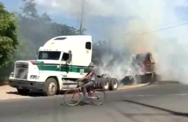 Se incendia una carga de alimento para ganado en Chinandega