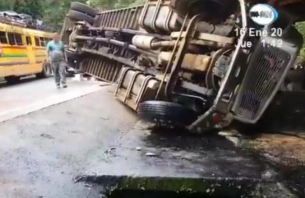Camión volcó en cuesta La Ponzoña, Río Blanco