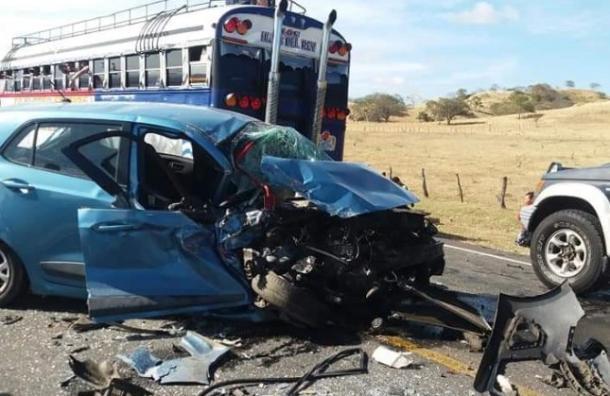 Bus se estrella con carro en Rivas