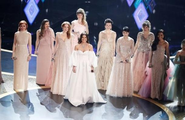 Carmen Sarahi  actriz y cantante mexicana se lució en la ceremonia de los Oscars 2020