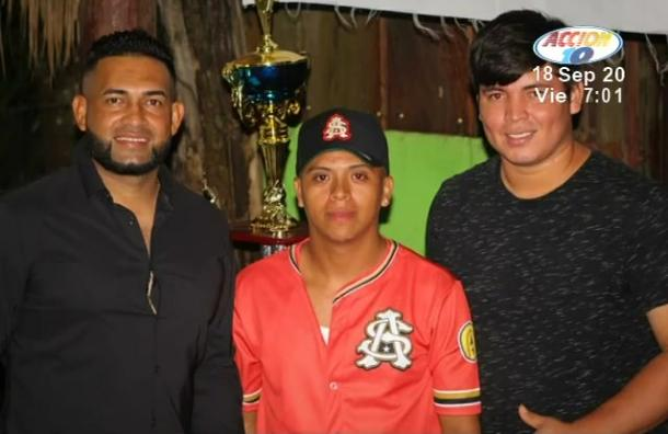 Ofilio Castro y Leonardo Ortiz entregaron uniformes al equipo de San Antonio