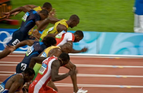 Usain Bolt llega conversando y riendo a la meta de semis de los 200 metros