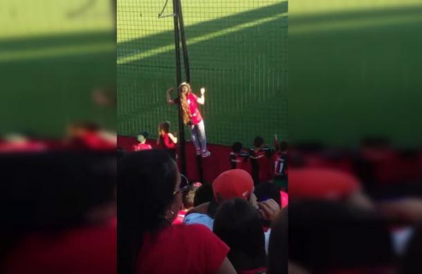 Esta niña es la prueba de que la pasión por el fútbol no tiene edad