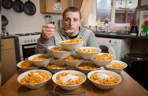 Come diariamente 13 platos de cereales y ahora teme por su vida