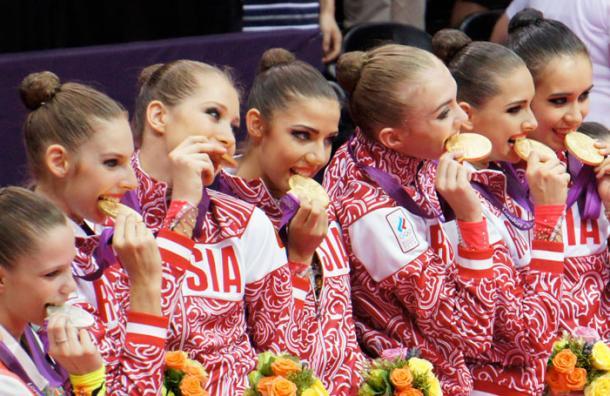 La verdadera razón de por qué los atletas olímpicos muerden sus medallas