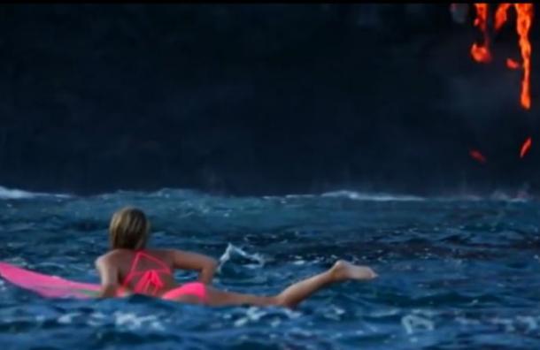Mujer desafía a la muerte y surfea a metros de un volcán en erupción